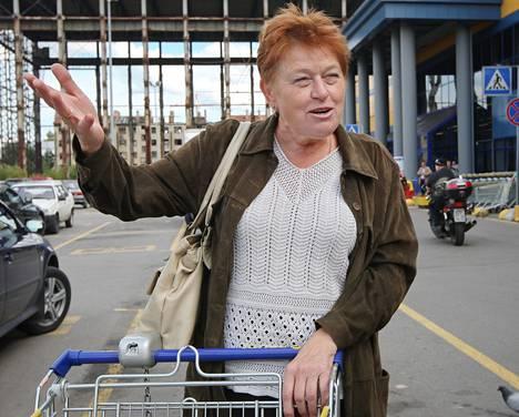 Pietarilainen Irina Lobova raaskii ostaa suomalaista voita enää juhliin, koska hinta on pakotteiden myötä noussut.