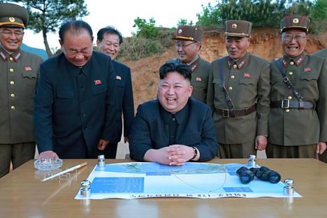 Pohjois-Korean johtaja Kim Jong-un valvoi Hwasong-12 -ohjuksen koelaukaisua. Kuva on Pohjois-Korean uutistoimiston välittämä.