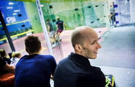 Olli Tuominen seurasi Talihallin katsomosta, kun Henrik Mustonen kukisti miesten loppuottelussa Jaakko Vähämaan.