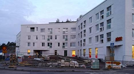 Kojamon uudisrakennus Henrik Borgströmin tiellä on yhä kesken, mutta kivijalan ikkunoissa on jo Alepan teippaukset.