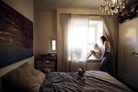 Sisarukset Laura ja Lena Liebler asustelivat kuvataiteilija Nanna Suden asunnon makuuhuoneessa. Heidän perheensä vuokrasi asunnon Booking.comin sivuilta.