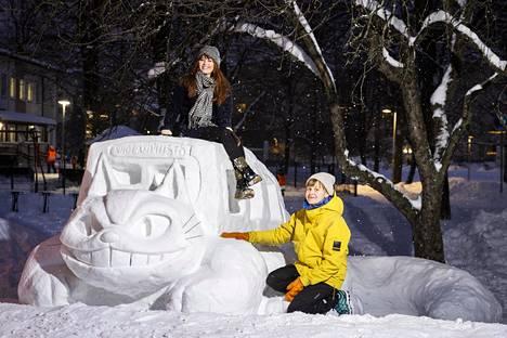 Jenna Kunnas (vas.) ja Asta Myllys poseeraavat Kissabussi-veistoksen kanssa.