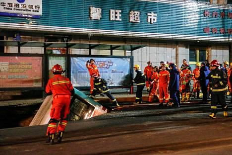 Kadulle syntyneeseen maanvajoamaan pudonnutta bussia hinattiin ylös Xiningissa maanantaina.