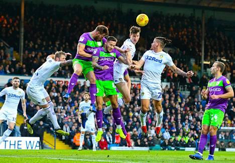 Leeds Unitedin Aapo Halme (kolmas oikealla) taisteli pallosta Bristol Cityn pelaajia vastaan.
