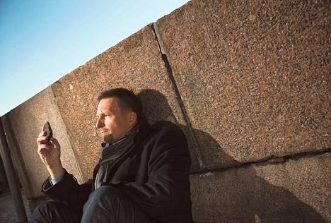 Arto Luttisen mielestä geologi on kuin salapoliisi. Arvoitus ratkeaa, kun tuntee kiven taustat, hän sanoo nojatessaan Senaatintorilla graniittiin. Kädessä on pala laavaa, kivinen muisto ajalta, jolloin Afrikka repesi.