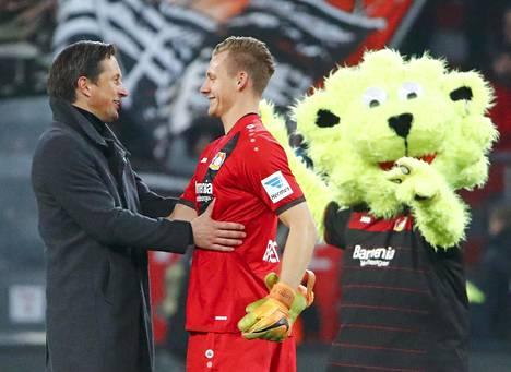 Leverkusenin valmentaja Roger Schmidt ja Bernd Leno hymyilivät sen jälkeen, kun joukkue oli voittanut maalein 3–1 Hertha Berlinin tammikuussa 2017.