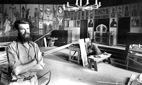 Maalaukset peittävät kirkkosalin toista pitkää seinää ja ikonostaasi alkaa olla valmis. Puusepäntöistäkin vielä osa on kesken, mutta pastori de Caluwé arvelee kaiken sentään ehtivän valmiiksi kolmen viikon kuluttua vietettäviin vihkiäisiin.
