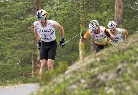 Iivo Niskanen voitti SM-kultaa lauantaina Vuokatissa. Alkuerässä Niskasen takana hiihtivät Joni Mäki ja Juuso Haarala.