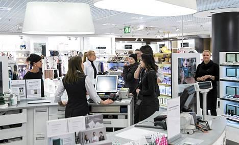 Stockmannin liike oulussa on lopetettavien joukossa. Kuvassa kosmetiikkaosasto perjantaina.