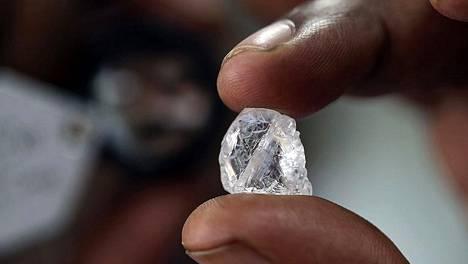 Botswana on merkittävimpiä timanttien tuottaja. Niiden ansiosta maa on noussut keskivarakkaiden kehittyvien maiden joukkoon.