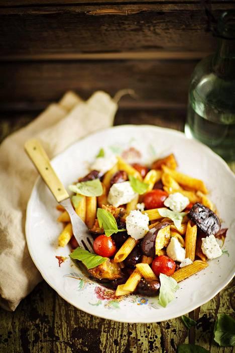 Tomaatti-munakoiso-fetapasta valmistuu yksinkertaisista aineksista. Reseptilinkki on jutun lopussa.