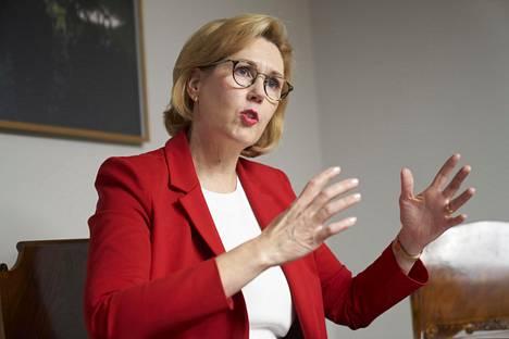 """""""Olen hallituksen ainoa ministeri, jolla on aiempaa kokemusta punamultayhteistyöstä, ja sille osaamiselle on nyt varmasti kysyntää"""", työministeri Tuula Haatainen (sd) sanoo."""