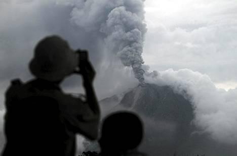 Viranomaiset seuraavat Sinabung-tulivuoren toimintaa Indonesiassa.