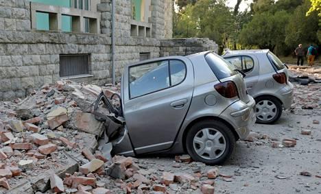 Rakennus murtui osittain autojen päälle Tiranassa.
