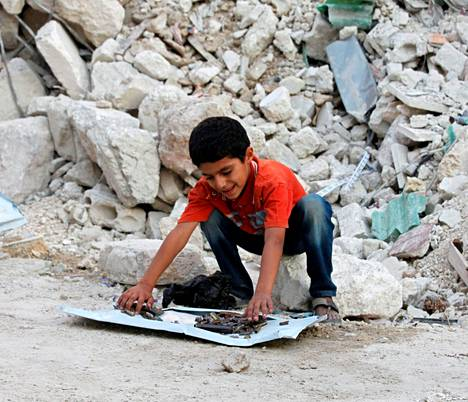 Syyrialaispoika esitteli kranaattisirpale- ja hylsykokoelmaansa Aleppossa keskiviikkona.<BR/>