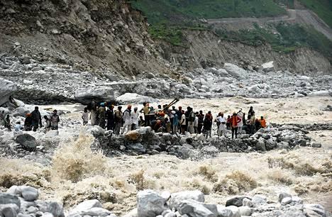 Pyhiinvaeltajat jäivät tulvien takia jumiin joen varteen Govinghatissa Intiassa