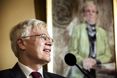 Bengt Holmström puhui lehdistölle keskiviikkona Tukholmassa.