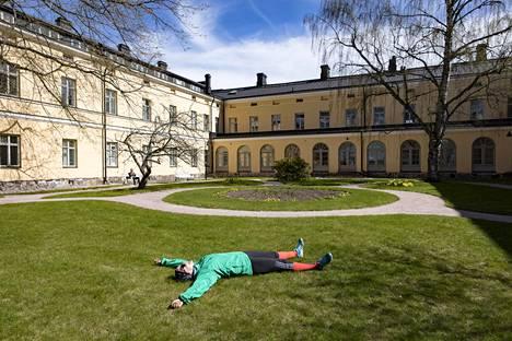 Jenni Kareinen nautti Lapinlahden sairaalan sisäpihasta 5. toukokuuta 2020.