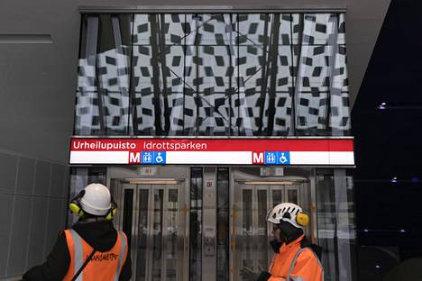 Urheilupuiston metroasema saa lauantaina toisen virallisen sisäänkäynnin. Kuvassa alkuperäisen sisäänkäynnin hissit.