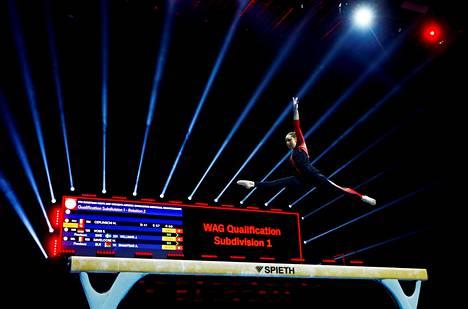 Saksan Sarah Voss, 21, pukeutui peittävään kokovartaloasuun telinevoimistelun EM-kisoissa Sveitsin Baselissa.