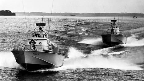 Nuoliveneet harjoittelivat hyökkäystä vuonna 1963.
