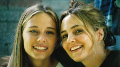 Annie ja Maria Farmer kertovat tarinansa Netflix-dokumenttisarjassa. Kuvassa he ovat teini-ikäisiä.