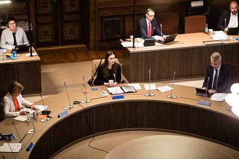 Hallitus päätti hybridistrategiasta ja rajoitusten purkamisesta Säätytalolla 3.-4. toukokuuta järjestetyissä neuvotteluissa. Kuvassa keskellä pääministeri Sanna Marin (sd).