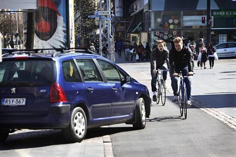 Autot pysäköivät pyöräteille Helsingin Mannerheimintiellä.