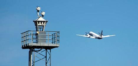 Etälennonjohtojärjestelmän miehittämätön torni, johon on sijoitettu kameroita ja antureita.