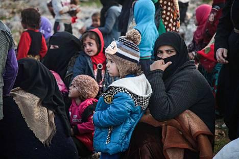 Idlibin maakunnasta paenneita syyrialaisia odottamassa ruoka-avustusten jakamista Danan kaupungissa Luoteis-Syyriassa maanantaina.