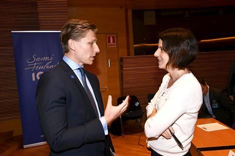 Toimittaja Kirsi Heikel (oik.) keskusteli oikeusministeri Antti Häkkäsen (kok) kanssa juontamassaan oikeusvaltioseminaarissa Pikkuparlamentissa syyskuussa 2017.