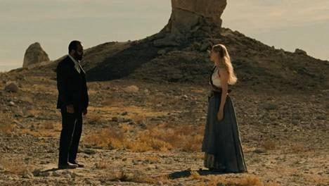Bernard (Jeffrey Wright) ja Dolores (Evan Rachel Wood) tapaavat Ahjon sisäänkäynnin luona.