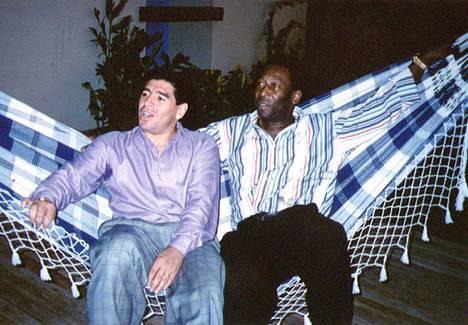 Jalkapallolegendat Diego Maradona ja Pelé Rio de Janeirossa vuonna 1995.