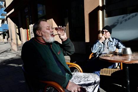 Timo Marjatsalo (vas.) ja Urho Sveholm olivat saapuneet ravintola Siima Baarin terassille nauttimaan aamuauringosta, oluesta, kahvista ja munkista.
