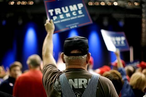 Trump voitti vaalit valkoisten amerikkalaisten äänillä. Trumpin kannattajia vaalitilaisuudessa Clivessä Iowassa syyskuussa.
