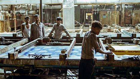 Intian Gujaratissa sijaitsevassa suuressa tekstiilitehtaassa olosuhteet ja työntekijän asema ovat samat kuin sata vuotta sitten.