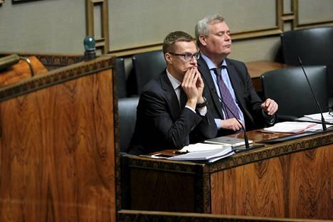 Pääministeri Alexander Stubb ja valtiovarainministeri kuuntelivat opposition syytöksiä välikysymyskeskustelussa keskiviikkona.