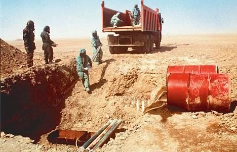 YK:n Irakin asetarkastajien ryhmän valokuvassa tarkastajat tuhoavat hermokaasua sisältäneitä raketteja vuonna 1998.