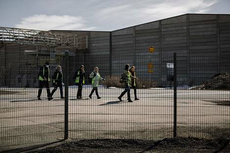 Stora Enson Veitsiluodon tehtaan työntekijät marssivat ulos työpaikaltaan.