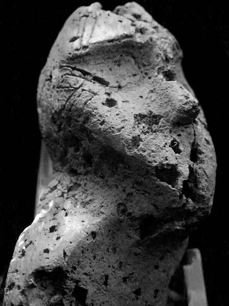 """Jokiniemen kivikautiselta asuinpaikalta vuonna 1989 löydetty ihmishahmoa muistuttava savi-idoli sai lempinimekseen """"Tuima""""."""