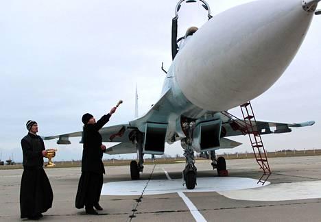 Venäläinen ortodoksipappi siunasi Venäjän armeijan hävittäjän Belbekin lentoasemalla marraskuussa 2014.