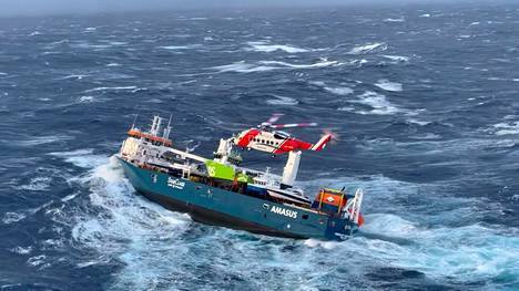Eemslift Hendrika on kallistunut. Kuva on otettu maanantaina 5. huhtikuuta, kun aluksen miehistö evakuoitiin.