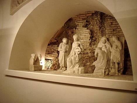Italialainen kuvanveistäjä Arnolfo di Cambio sai vuonna 1291 valmiiksi oman seimi asetelmansa Santa Maria Maggioren kirkkoon Roomassa.