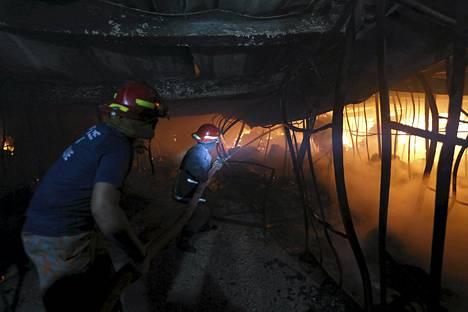 Palomiehet yrittivät hillitä tulipaloa vaatetehtaassa Bangladeshin pääkaupungissa Dhakassa.