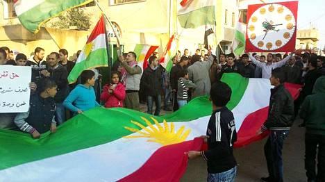 Presidentti Bashar al-Assadia vastustaneet mielenosoittajat marssivat Daraan lähistöllä marraskuun alussa vuonna 2011.