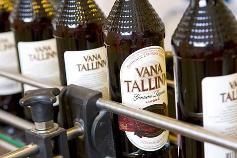 Vana Tallinn -likööriä viinatehdas Livikon hihnalla.