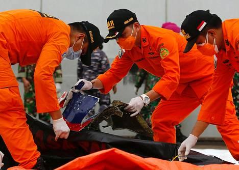 Pelastustyöntekijät tutkivat sunnuntaina Jakartassa lentokoneen osia, joiden uskotaan olevan peräisin kadonneesta Shirwijaya Airin matkustajakoneesta.