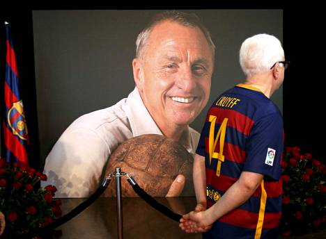 Barcelonan Camp Nou -stadionilla muistetaan edesmennyttä jalkapallolegendaa Johan Cruyffia.