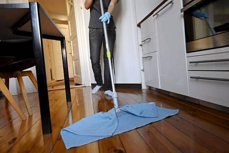 Siivooja työssään yksityiskodissa Helsingissä maaliskuussa 2018.