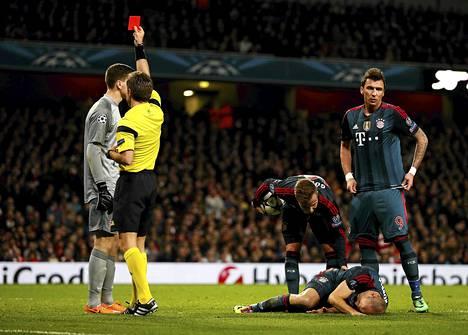 Arsenalin maalivahti Wojciech Szczesny (vas.) sai punaisen kortin jyrättyään päin Bayern Münchenin laitahyökkääjää Arjen Robbenia.